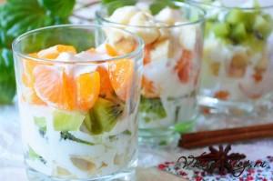 Фруктовый салат в стакане