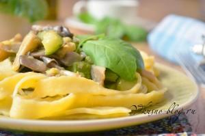 Фото домашней пасты с кабачками и грибами