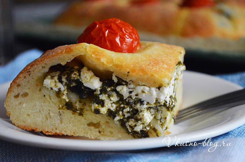 Пирог со шпинатом и творогом в разрезе
