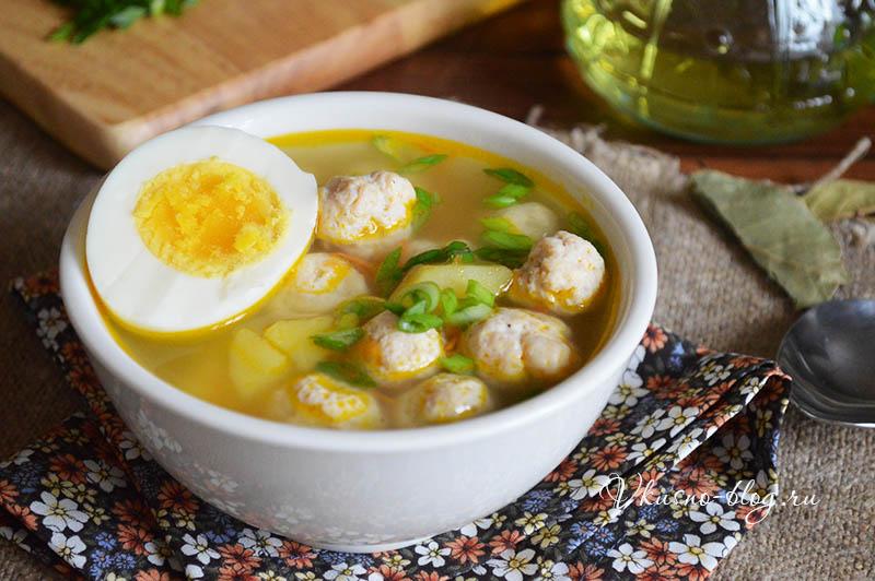 Суп с куриными фрикадельками и яйцом - фото