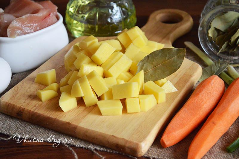 Суп с куриными фрикадельками и яйцом - режем картофель