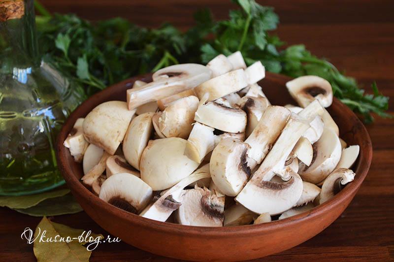 Борщ с грибами - нарезаем грибы