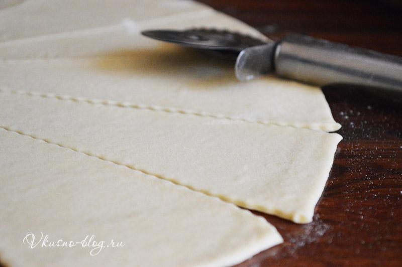Рецепт рогаликов с повидлом - режем тесто