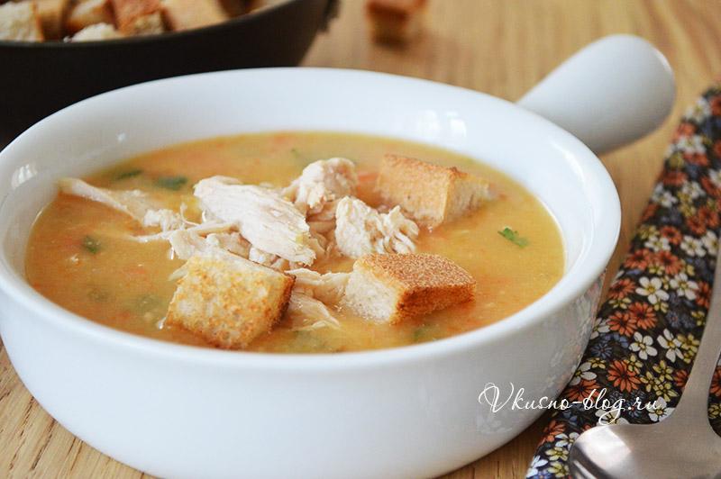 Гороховый суп с курицей - добавляем сухарики