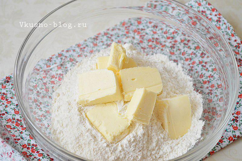 Песочный пирог со сливами - масло с мукой