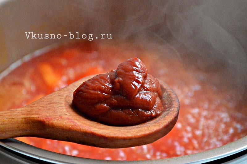 Постный борщ в мультиварке - добавление томатной пасты