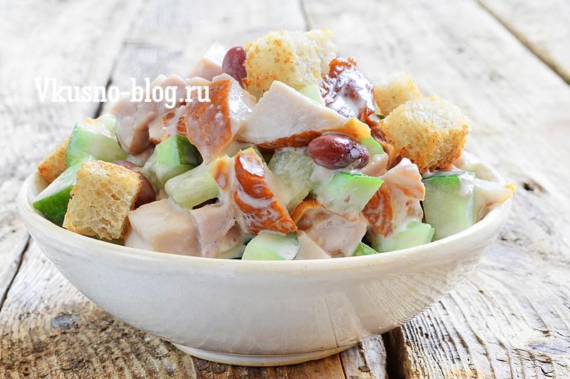 Салат с копченой курицей, сухариками, фасолью, огурцом