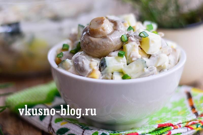 Куриный салат с маринованными шампиньонами