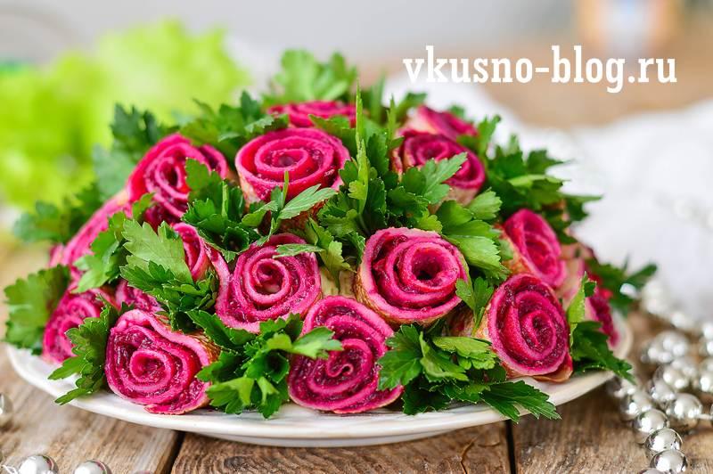 Салат букет роз с блинами