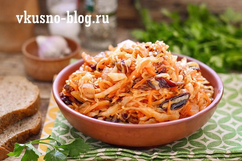 Тушеная капуста с черносливом и копченой грудинкой рецепт