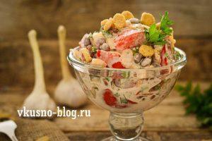 Салат с фасолью, помидорами и сухариками