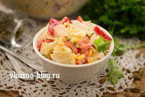 Салат с курицей, пекинской капустой, кукурузой и перцем