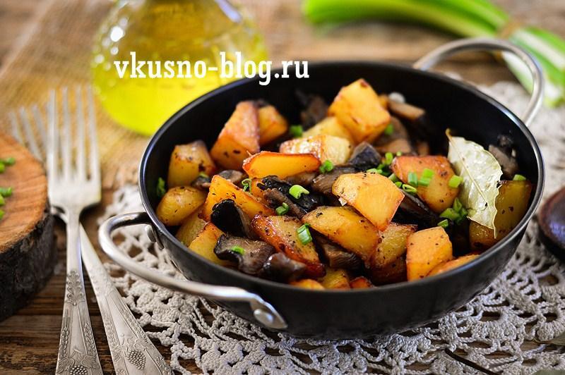 Жареная картошка с вешенками на сковороде