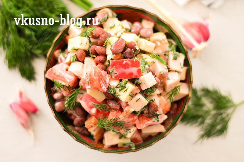 Салат с фасолью и копченой курицей рецепт