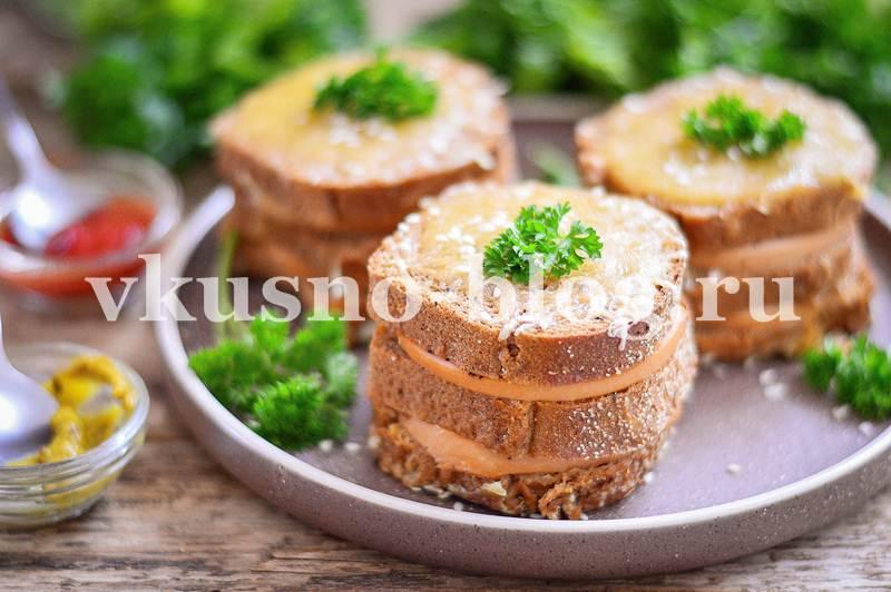 Бутерброды в духовке с колбасой и сыром - рецепт с фото