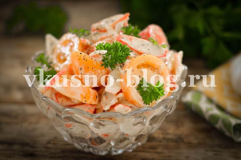 Салат с крабовыми палочками, сыром и помидорами - рецепт с фото