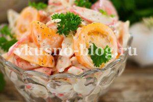 Салат с крабовыми палочками, помидорами, сыром