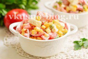 Простой салат с помидорами, кукурузой и яйцом