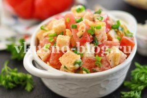 Салат с помидорами, сыром и сухариками