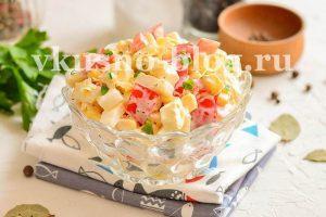 Салат с пекинской капустой, яйцом, перцем и кукурузой