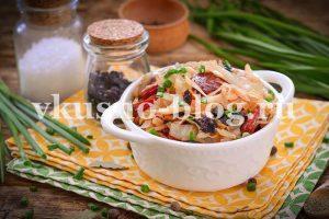 Бигус с квашеной капустой, колбасой и черносливом