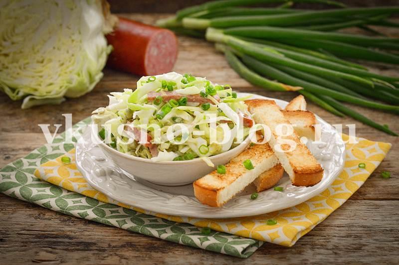 Салат из молодой капусты с колбасой и горошком