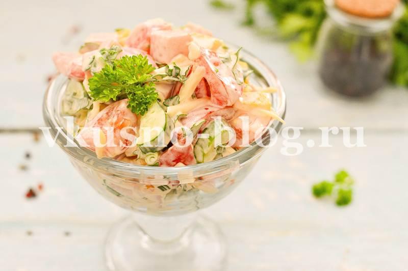 Салат с помидорами ветчиной сыром