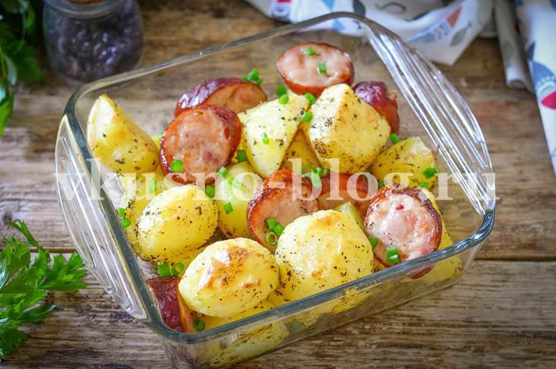 Запеченная картошка с колбасой в духовке